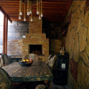 Mountain Scream šeimos viešbutis: kiemo virtuvės stalas su kėdėmis ir židiniu