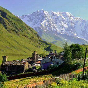 Gražiausios Gruzijos vietos: Ushguli kaimas, apsuptas aksominių kalvų ir žalios gamtos, su snieguotais kalnais tolumoje