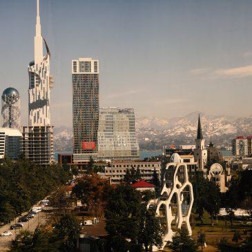Gruzija per 7 dienas: Batumio miesto centras su įspūdingais pastatais ir sniegu padengtais kalnais tolumoje