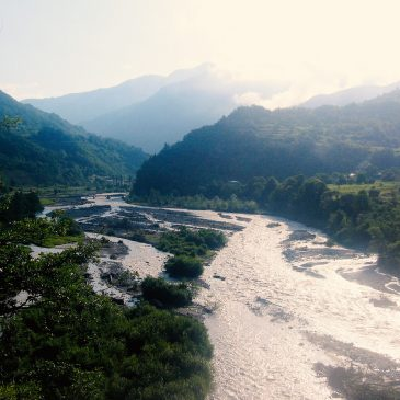 Gruzija per 7 dienas: platus Rioni upės takas tarp kalnų