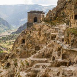 Грузия за 7 дней: руины древнего города Вардзии, высеченого из скал