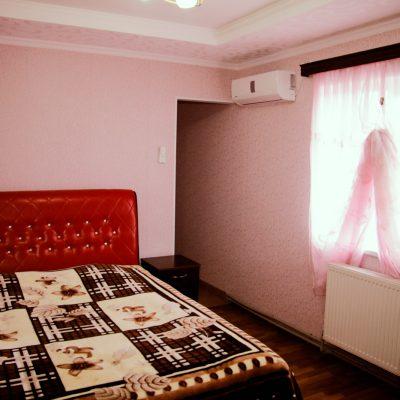Гостевой дом Вахтанга: комната с розовыми стенами и двуспальной кроватью