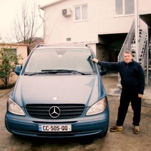 Гостевой дом Вахтанга: аренда автомобиля, хозяин стоит рядом с его машиной