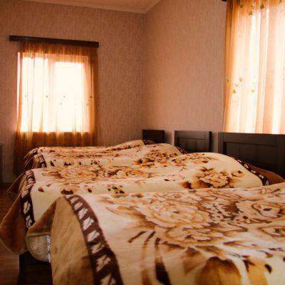 Гостевой дом Вахтанга: комната с четырьмя кроватями в цветочных теплых одеялах