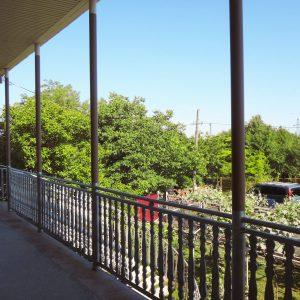 Гостевой дом Вахтанга: вид с балкона на втором этаже на зеленый сад