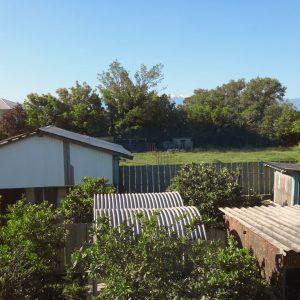 Гостевой дом Вахтанга: вид из окна на двор, соседние луга и далекие горы