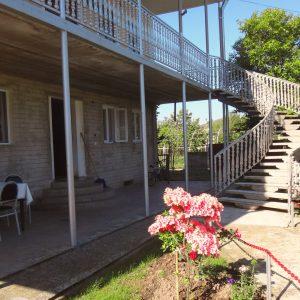 Гостевой дом Вахтанга: фасад дома с винтовой лестницей на верхний этаж