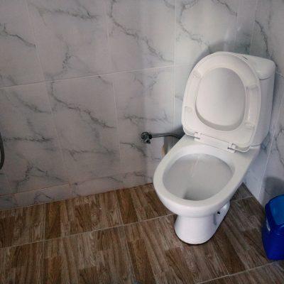 Гостевой дом Вахтанга: ванная комната с душем, туалетом и раковиной