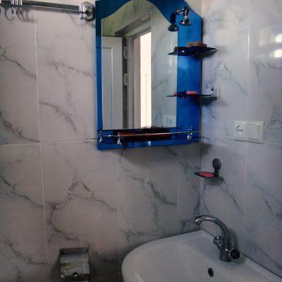 Гостевой дом Вахтанга: раковина и зеркало над ней в ванной