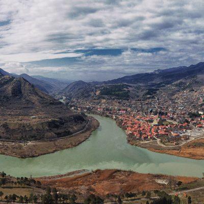 Gruzijos gamtoje: vaizdas nuo aukštos kalvos į seną sostinę Mchetą, apsuptą upių ir kalnų