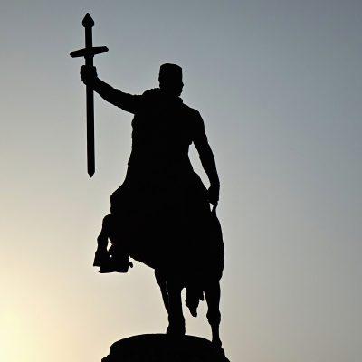 Gruzijos gamtoje: Gruzijos kario su iškeltu kardu statula Telavio mieste