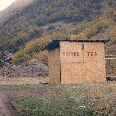Gruzijos gamtoje: nedirbanti kavinė-kioskas laukuose pakeliui į Tušetiją
