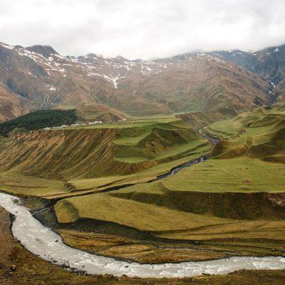 Gruzijos gamtoje: vingiuojančios upės ir keliai tarp kalnų ir kalvų